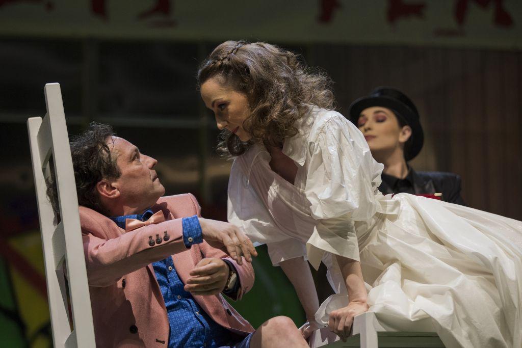 Ferdinánd, Navarra királya (George Ivascu) és a francia királykisasszony (Ioana Anastasia Anton)   Fotó: Bulandra Színház
