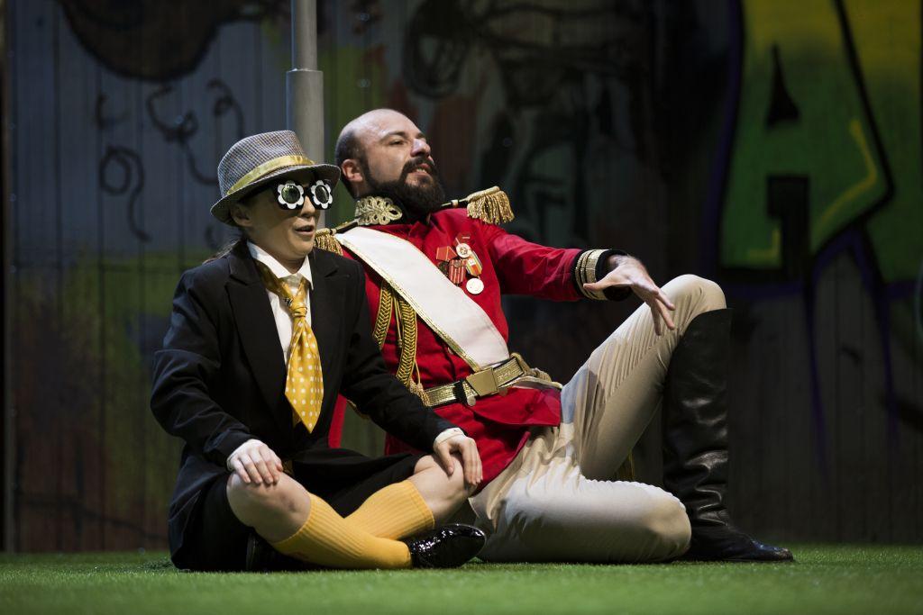 Don Adriano de Armado (Constantin Dogioiu) és Pille (Adela Bengescu)   Fotó: Bulandra Színház