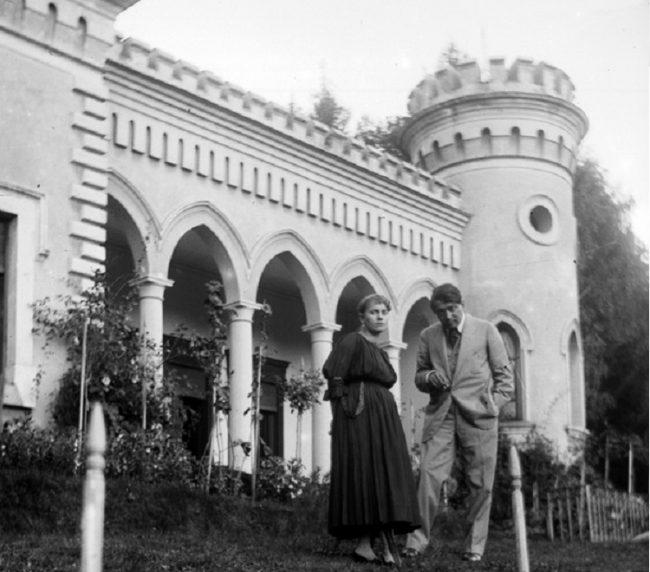 Ady és Csinszka a csucsai kastély előtti kertben