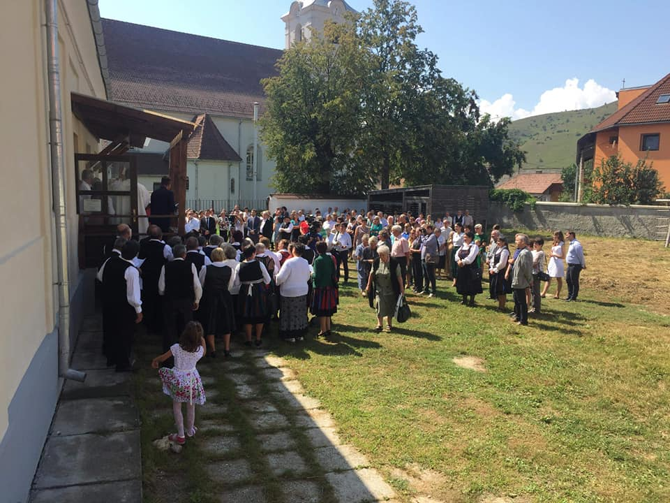 Ünnepség a Márton Áron Múzeum udvarán, Csíkszentdomokoson