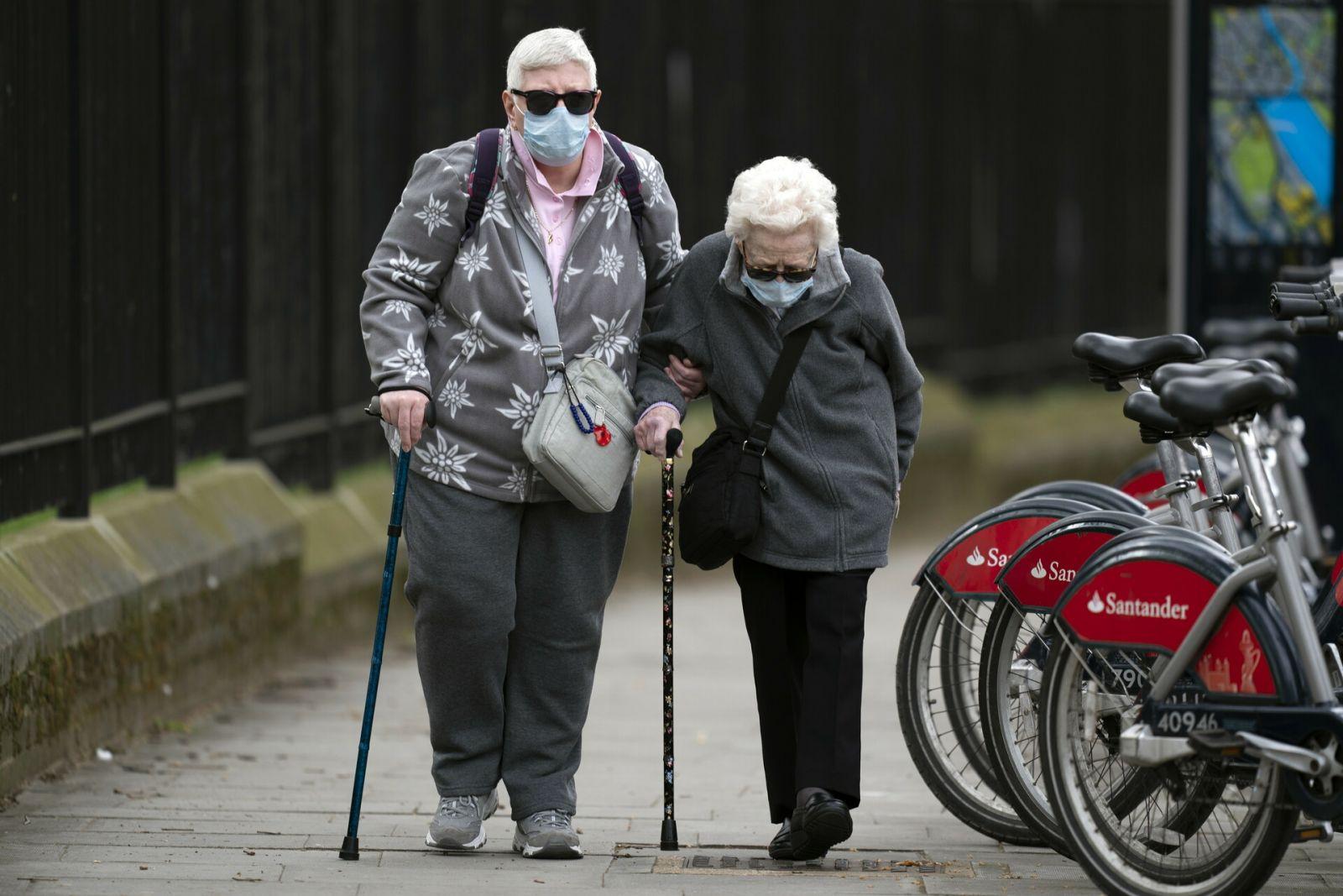 Védőmaszkot viselő pár Nagy Britanniában   Fotó: Agerpres