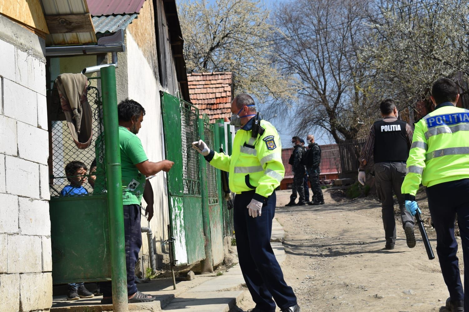 Roma családokat igazoltat a rendőrség | Forrás: Agerpres