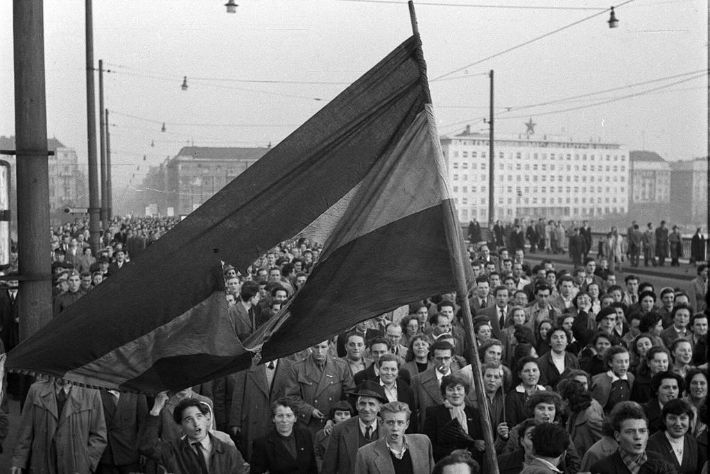 Budapest utcáit elözönli az egyetemi diákság 1956. október 23-án | Forrás: Fortepan