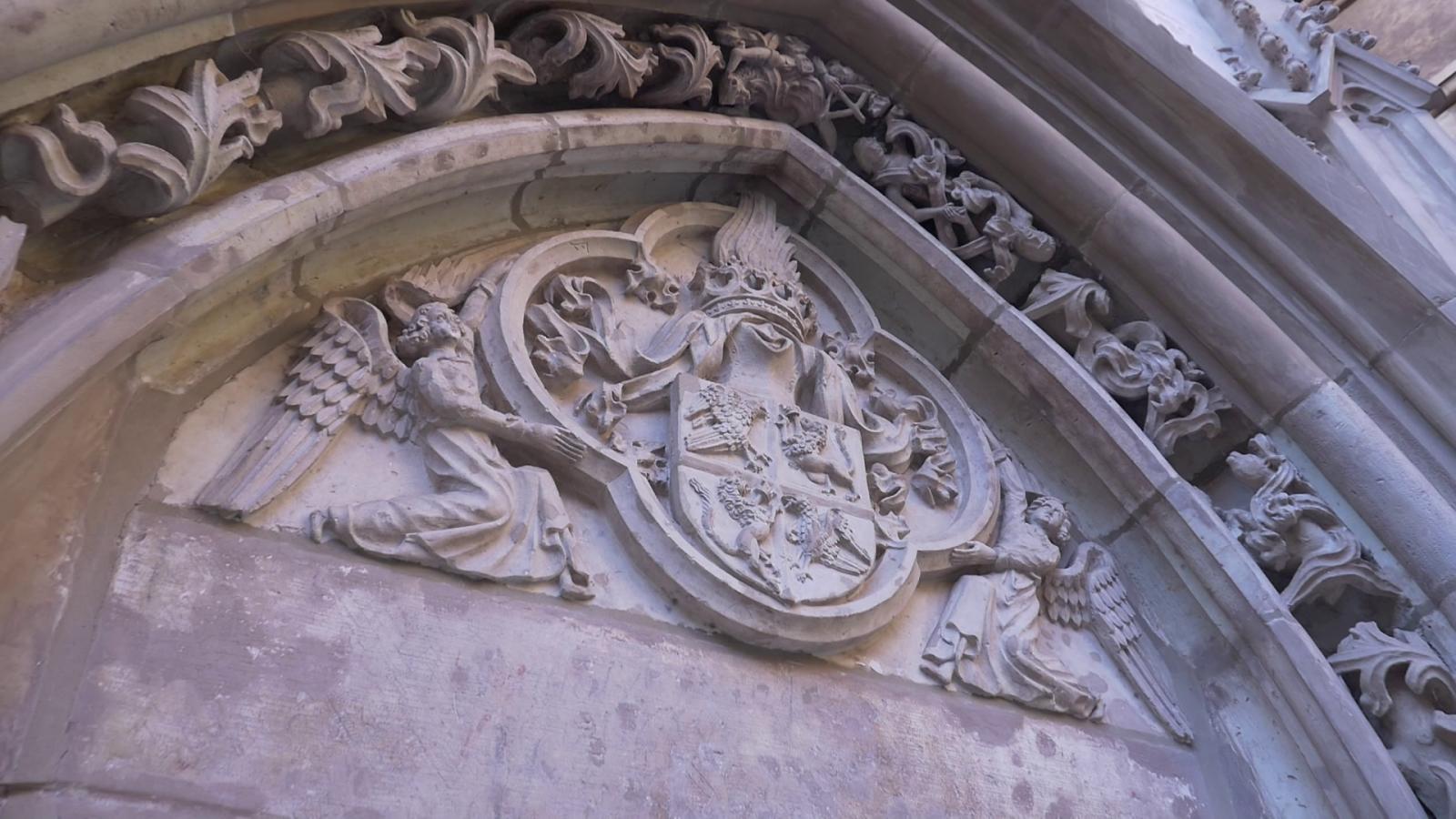 A Hunyadiak címere a lovagterembe vezető bejárat fölött