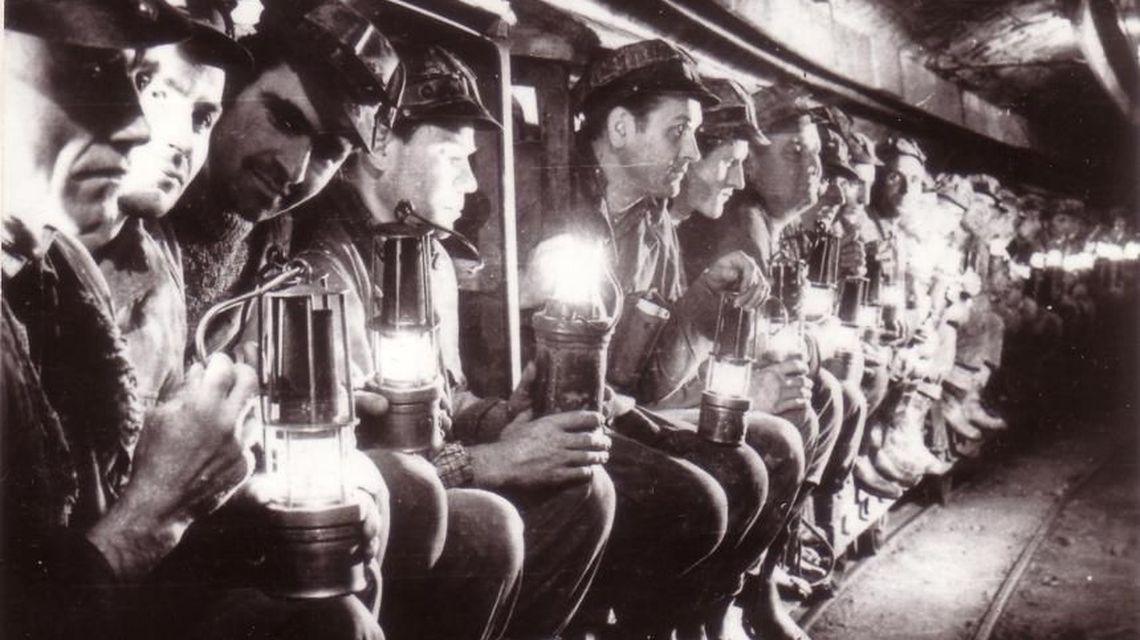 Zsil-völgyi bányászok várják, hogy leereszkedjenek a bányába, 1970 körül | Forrás: Fototeca online a comunismului