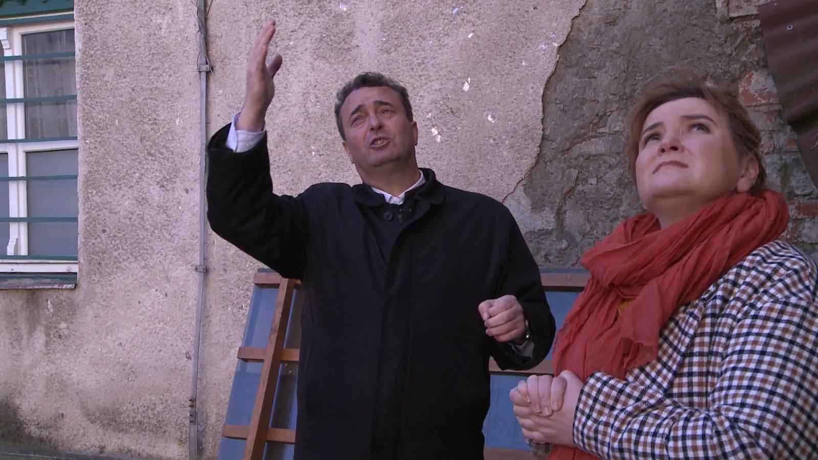 Szabó Ákos plébánossal a ferences kolostor udvarán
