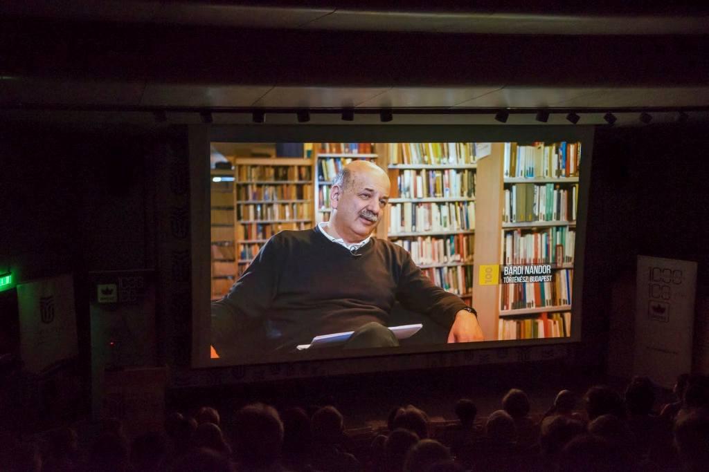 Bárdi Nándor történész, a film szakmai irányítója, a sorozat egyik képkockáján | Forrás: RMDSZ