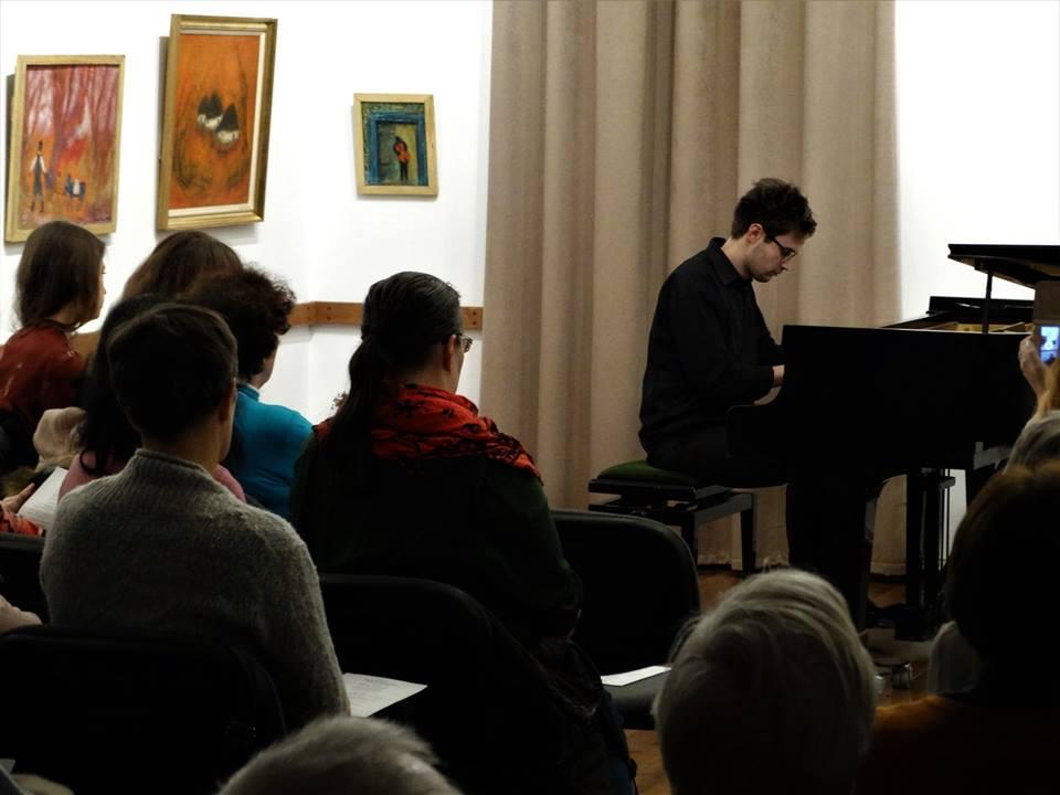 Szőcs Kristóf zongoraművész a Steinway zongoránál 2019 februárjában   Forrás: az Emlékház Facebook oldala