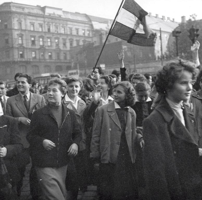 A forradalmi ifjúság a nemzeti zászlóval | Fortepan