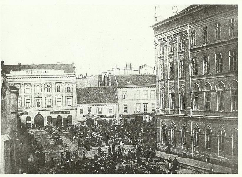 Tömeg a városháztéren | Forrás: MaNDA