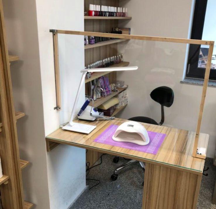 Így néz ki a manikűrös asztalra fölszerelt plexiüveg, amely egyaránt védi az ügyfelet és a manikűröst is | Fotó: Czikó-Ajtay Emese