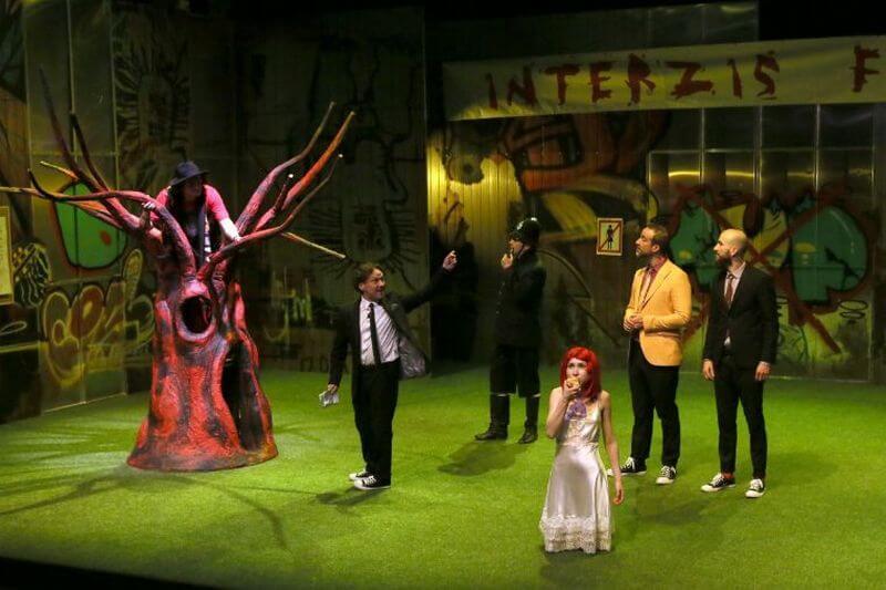 Navarra királya (George Ivascu) barátaival és a megesett Julcsával   Fotó: Bulandra Színház