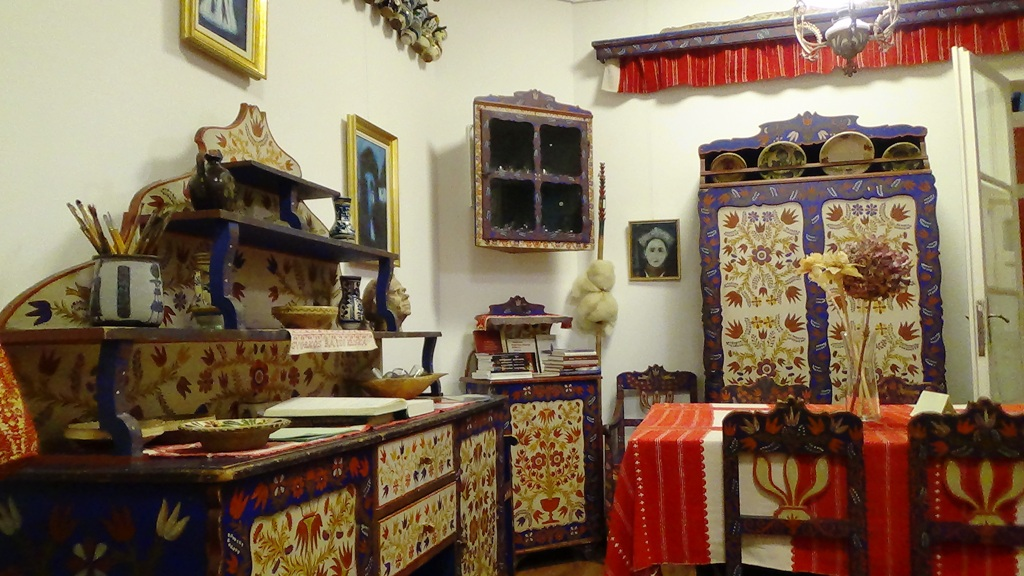 A festett bútorok az Emlékház egyik sarkában   Fotó: a szerző felvétele