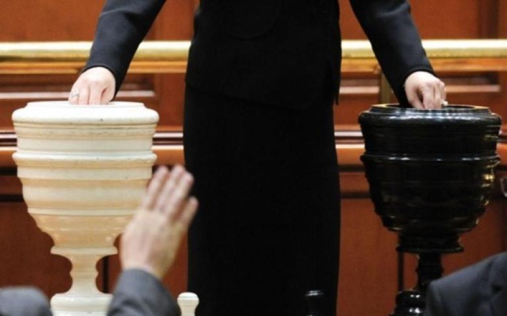 Felolvasták a parlament plénumában a bizalmatlansági indítványt
