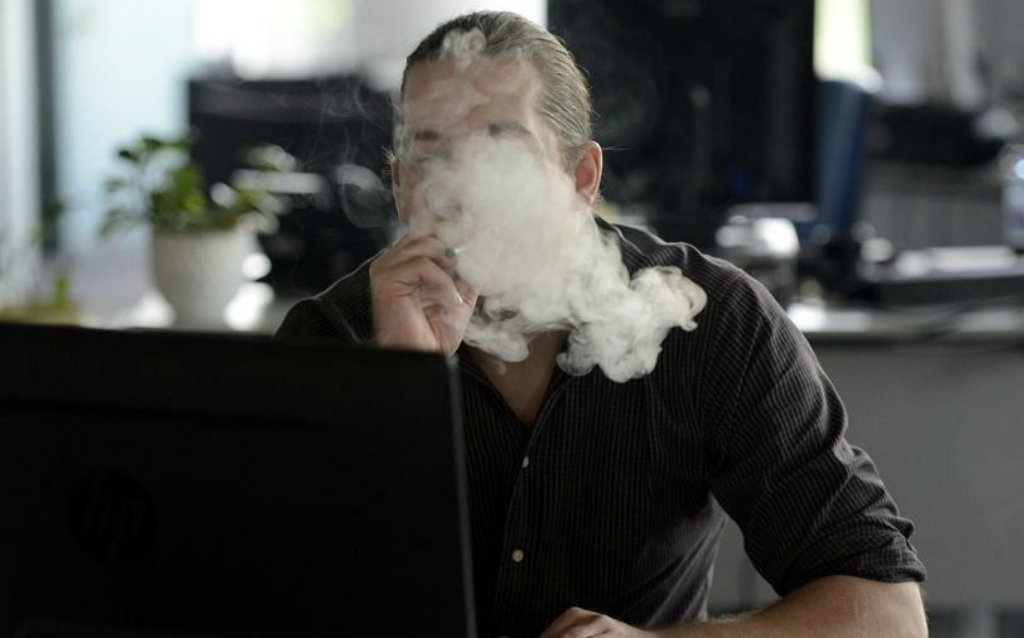 dolgozó cigaretta