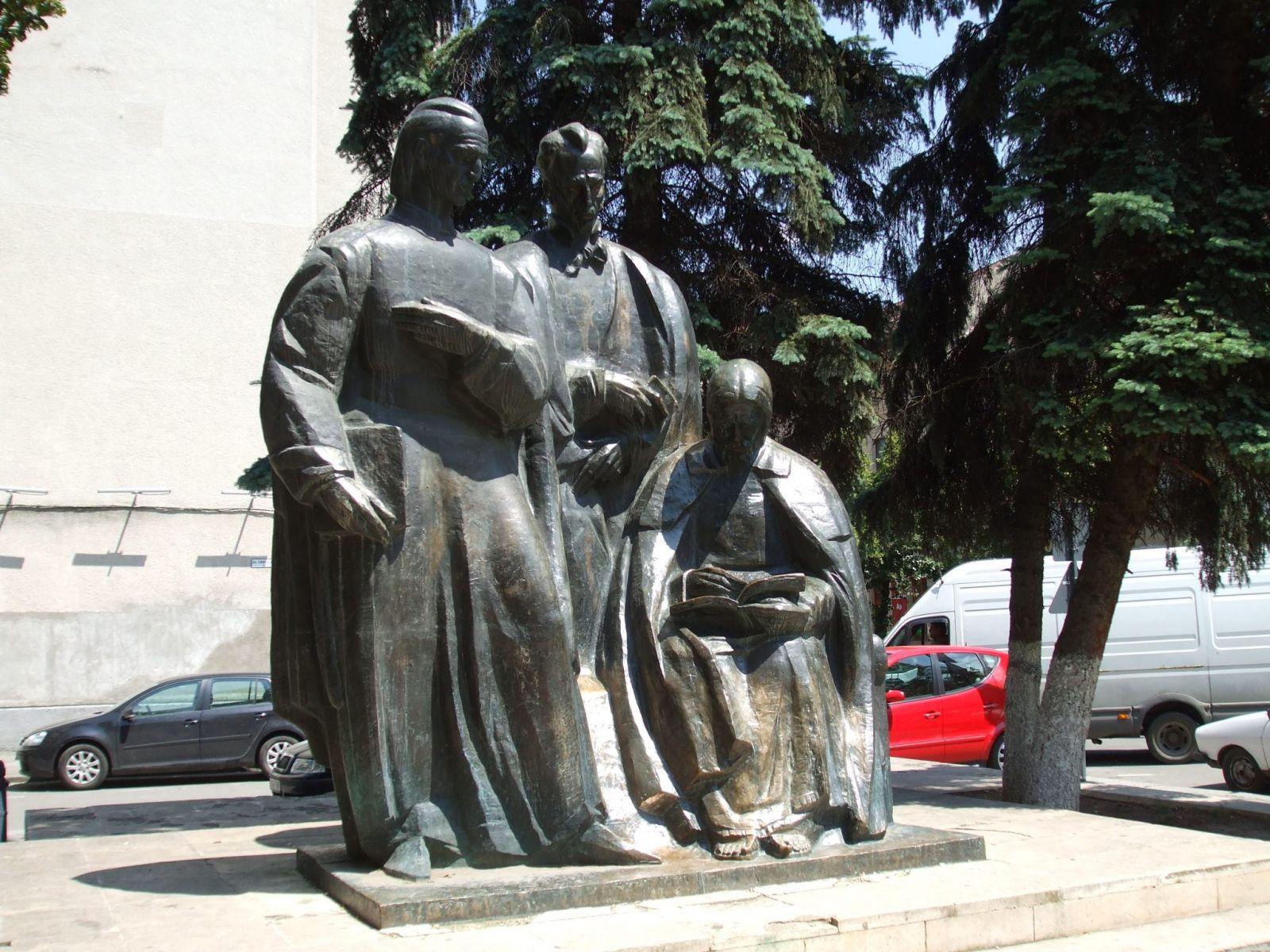 Az Erdélyi Iskola (Scolala Ardeleana) tagjait ábrázoló szoborcsoport Kolozsváron, a Babes-Bolyai Tudományegyetem előtt