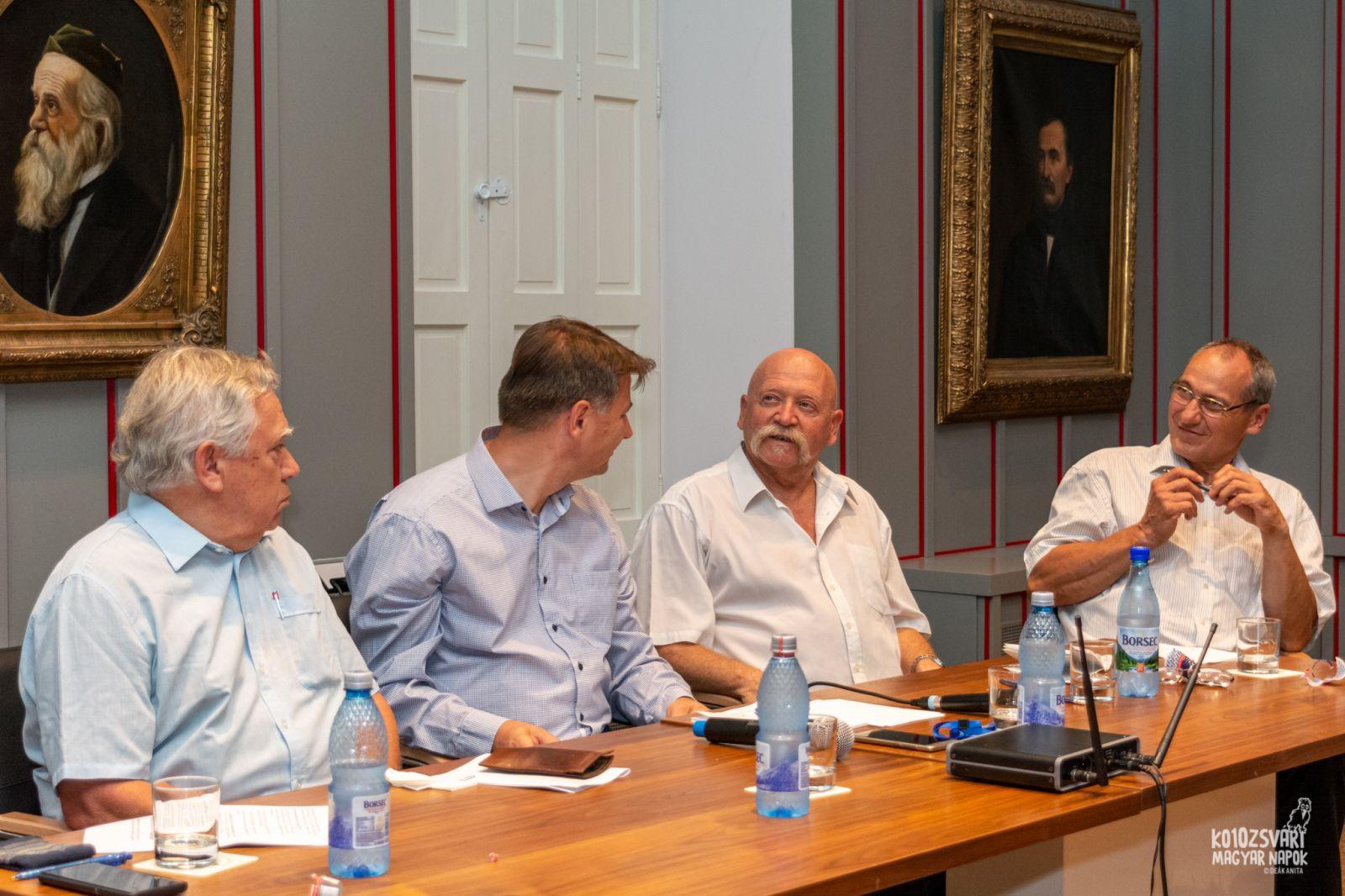A kerekasztal résztvevői balról jobbra: Juhász Tamás, Nagy Mihály Zoltán, Molnár János, Kovács István