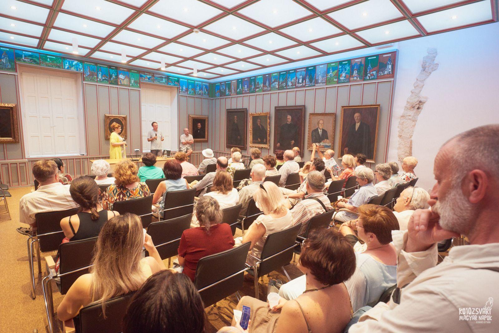 A hatodik rész vetítése a kolozsvári Vallásszabadság Házában. A közönség előtt: Vig Emese, Bárdi Nándor és Stefano Bottoni | Forrás: KMN