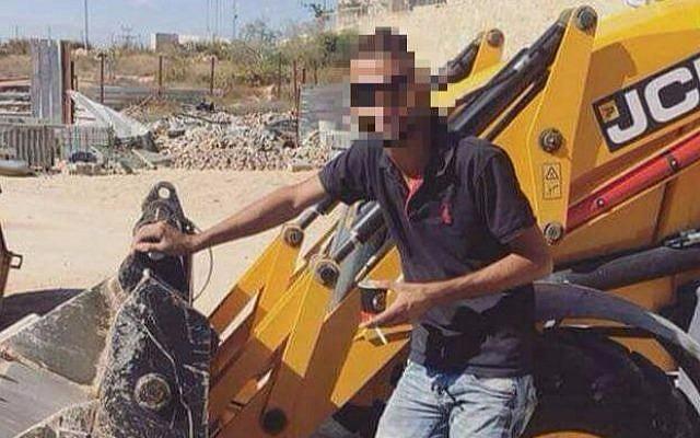 f5a2037341 A félreértést tetézte, hogy a férfi egy fotót is mellékelt a jókivánsághoz,  amelyen egy buldózer mellett állt, Ciszjordániában.