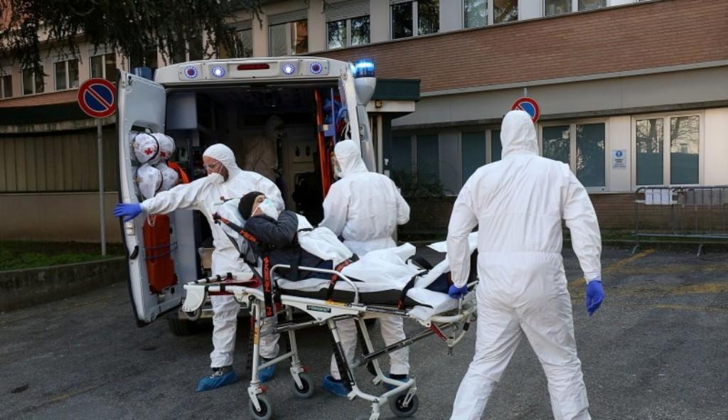Koronavírusos beteget szállítanak kórházba Romániában   Fotó: Agerpres