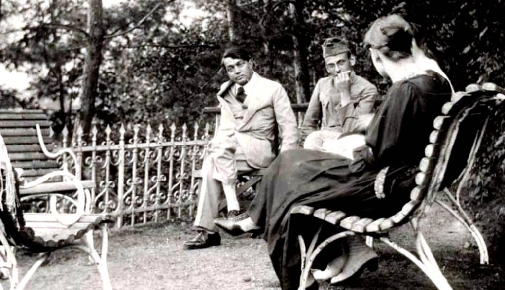 Ady és Csinszka egy katona (valószínűleg Sarkadi Béla) társaságában a csucsai kertben 1917 októberében.