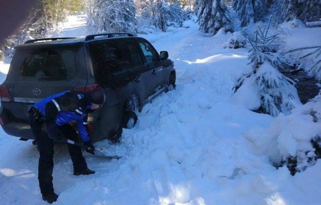 Elakadtak a hóban, hegyimentők siettek a segítségükre. Igen, ez mostani hír