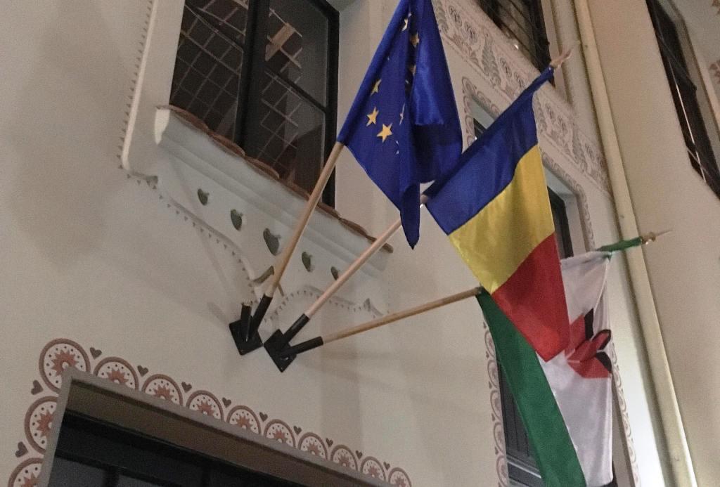 Ismét letörték a magyar zászlót a nagyváradi RMDSZ-székháznál