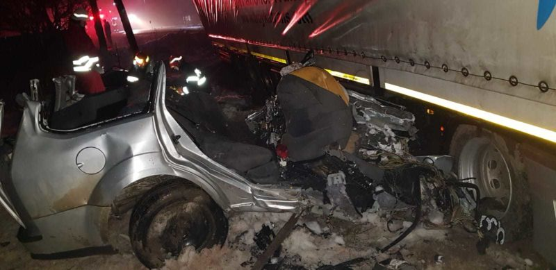 Három 17 éves, egy 19 éves és egy 21 éves fiatal halt meg a szétlapított autóban