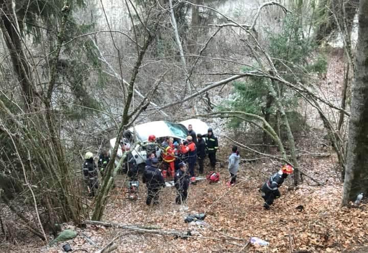 Szakadékba zuhant egy autó Hargita megyében, egy ember meghalt, egy másik személy állapota válságos