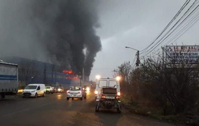 Hatalmas lángokkal ég egy gyárcsarnok Aranyosgyéresen