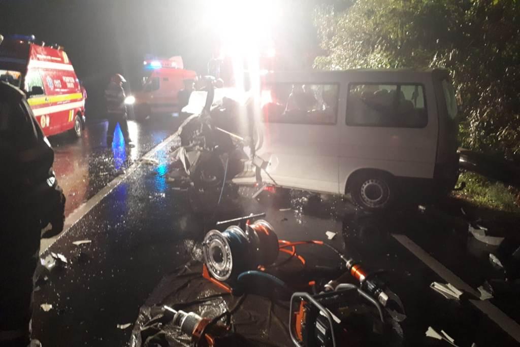 Kisbusz ütközött egy Hargita megyei kamionnal, ketten meghaltak