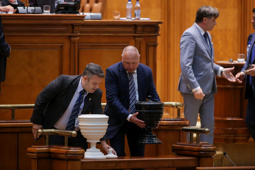 A PMP és a Pro Románia törvényhozói aláírták a bizalmatlansági indítványt