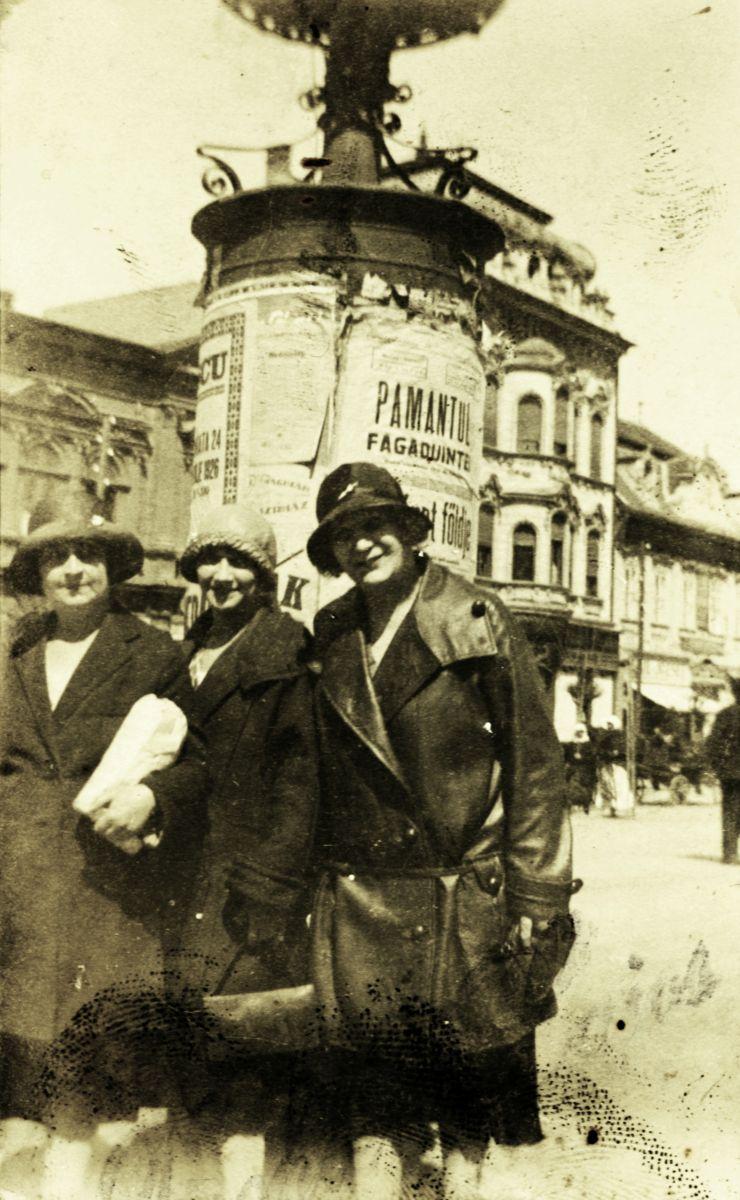 Hölgyek Marosvásárhely főterén az impériumváltás éveiben. A háttérben látható hirdetőoszlopon jól láthatók a kétnyelvű plakátok | Forrás: Fortepan