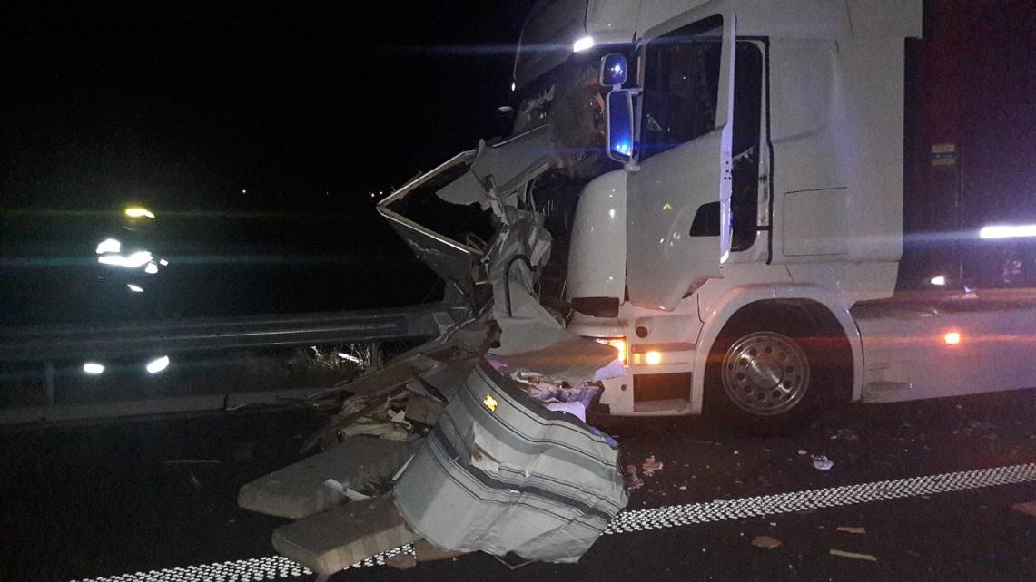 Leállósávban gázolt halálra két sofőrt egy kamion az autópályán