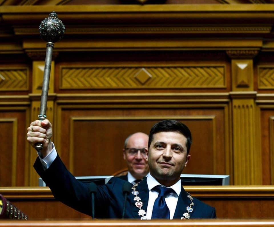 Zelenkszkij letette az elnöki esküt és feloszlatta az ukrán parlamentet