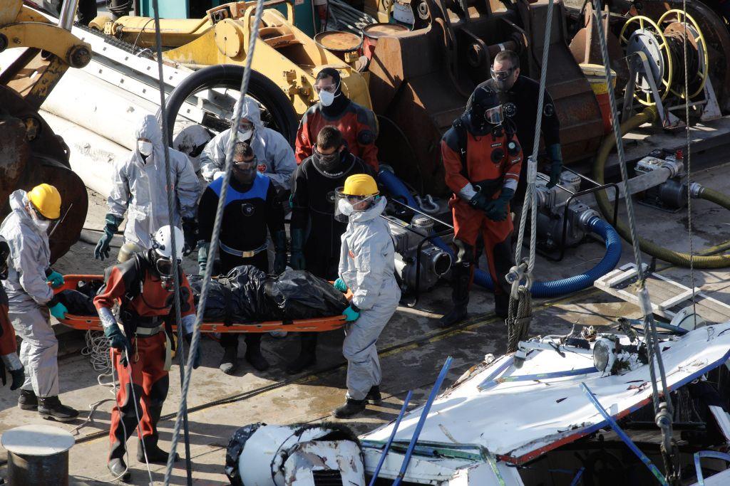 Eddig négy holttestet találtak a roncsban a Margit hídnál