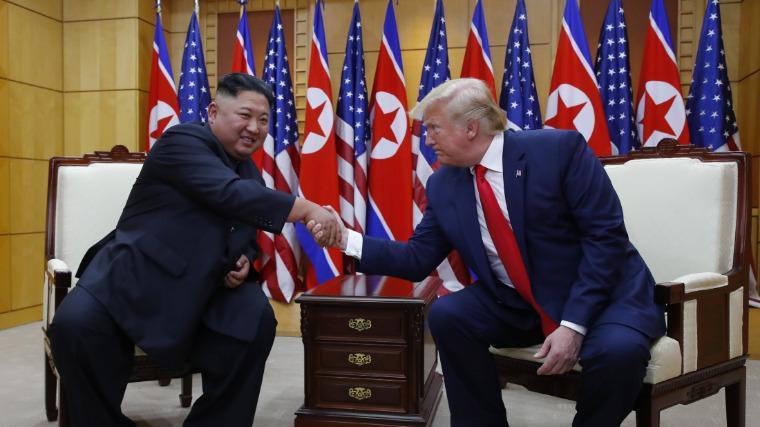 Trump első amerikai elnökként észak-koreai területre lépett