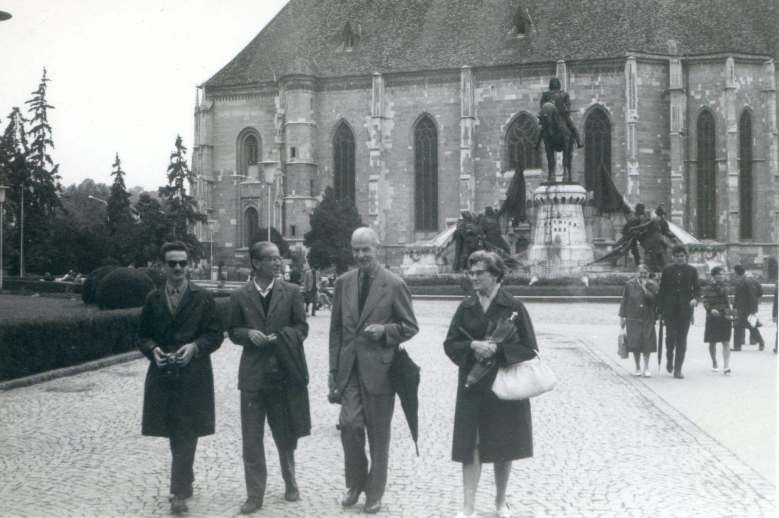 Bethlen Béla Kolozsvár főterén. Balról jobbra számolva a harmadik.