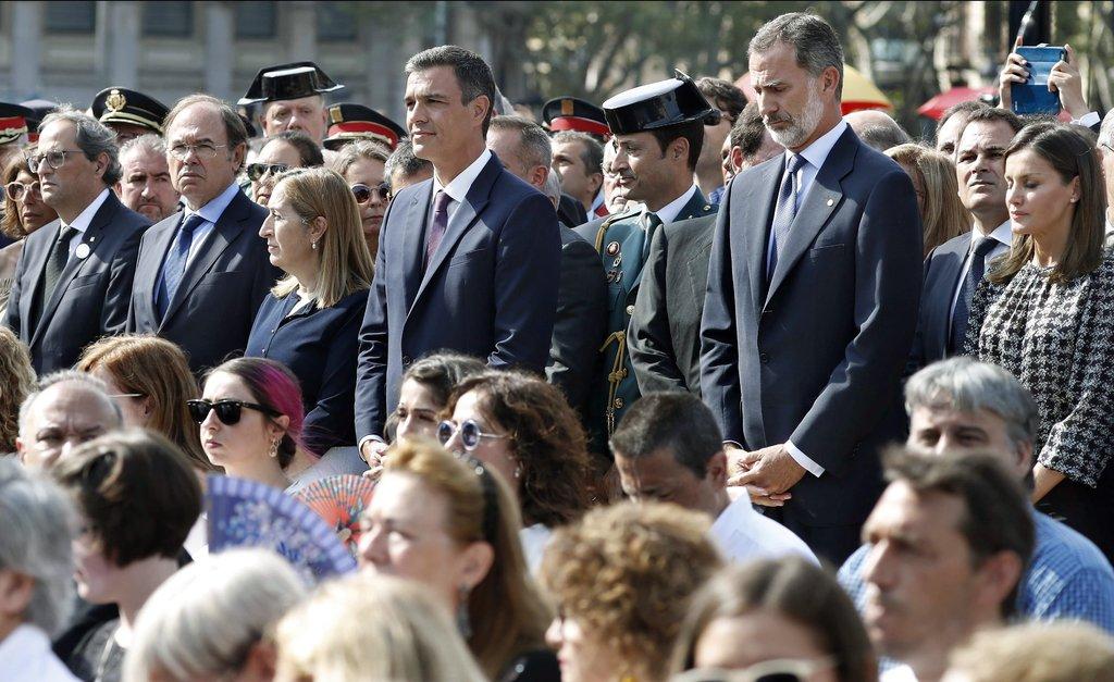 A spanyol királyi pár és a politikai élet előljárói is részt vettek a megemlékezésen. Jobbról balra: Letizia királyné, VI. Fülöp spanyol király, Pedro Sánchez miniszterelnök, Ana Pastor elnöke, Pío García-Escudero, a szenátus elnöke, valamint Qim Torra, katalán elnök,