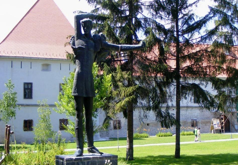 Petőfi Sándor szobra a Vár téren, a Mikó-vár előtt, Csíkszereda