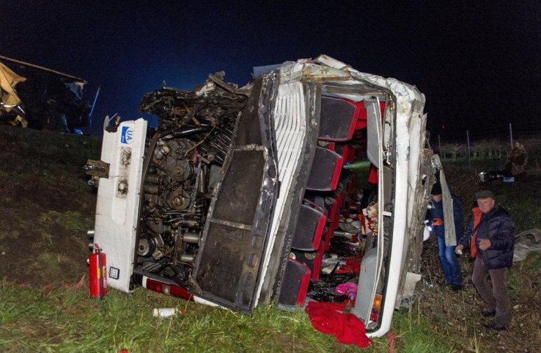 Román kamion ütközött ukrán busznak a magyar M1-es autópályán