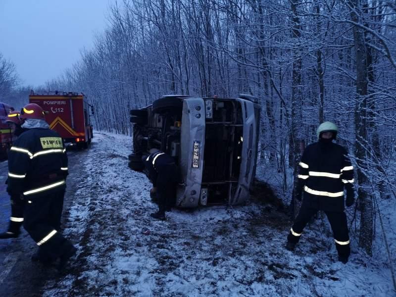 Felborult egy autóbusz, vörös riasztás lépett életbe