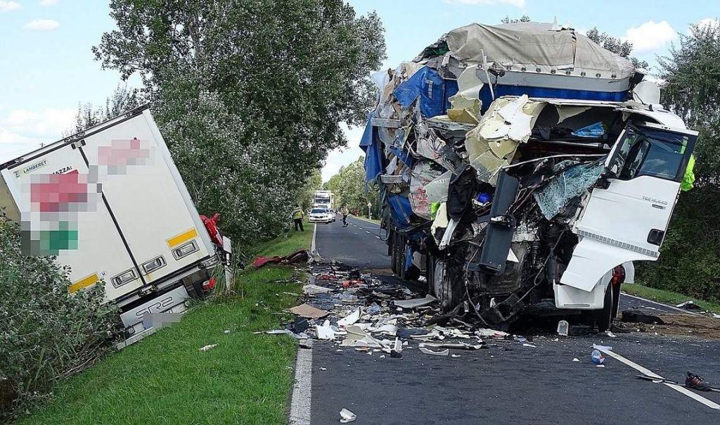 Videón, ahogy két kamion frontálisan ütközik