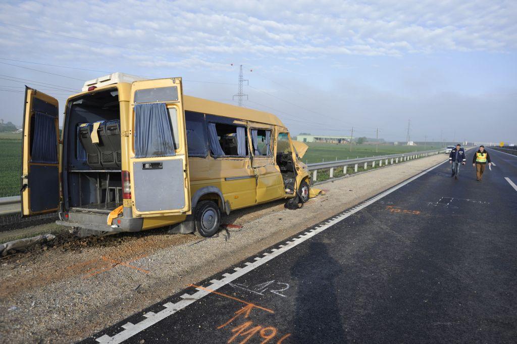 Román rendszámú, diákokat szállító kisbusz balesetezett Magyarországon