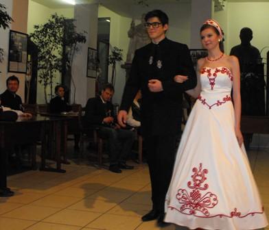 2f34ed65e2 Az árakról beszélve, megtudtuk, hogy egy szép alkalmi ruha például 325  lejbe kerül. A bemutatott menyasszonyi ruhák 1000-1500 lej között mozognak.