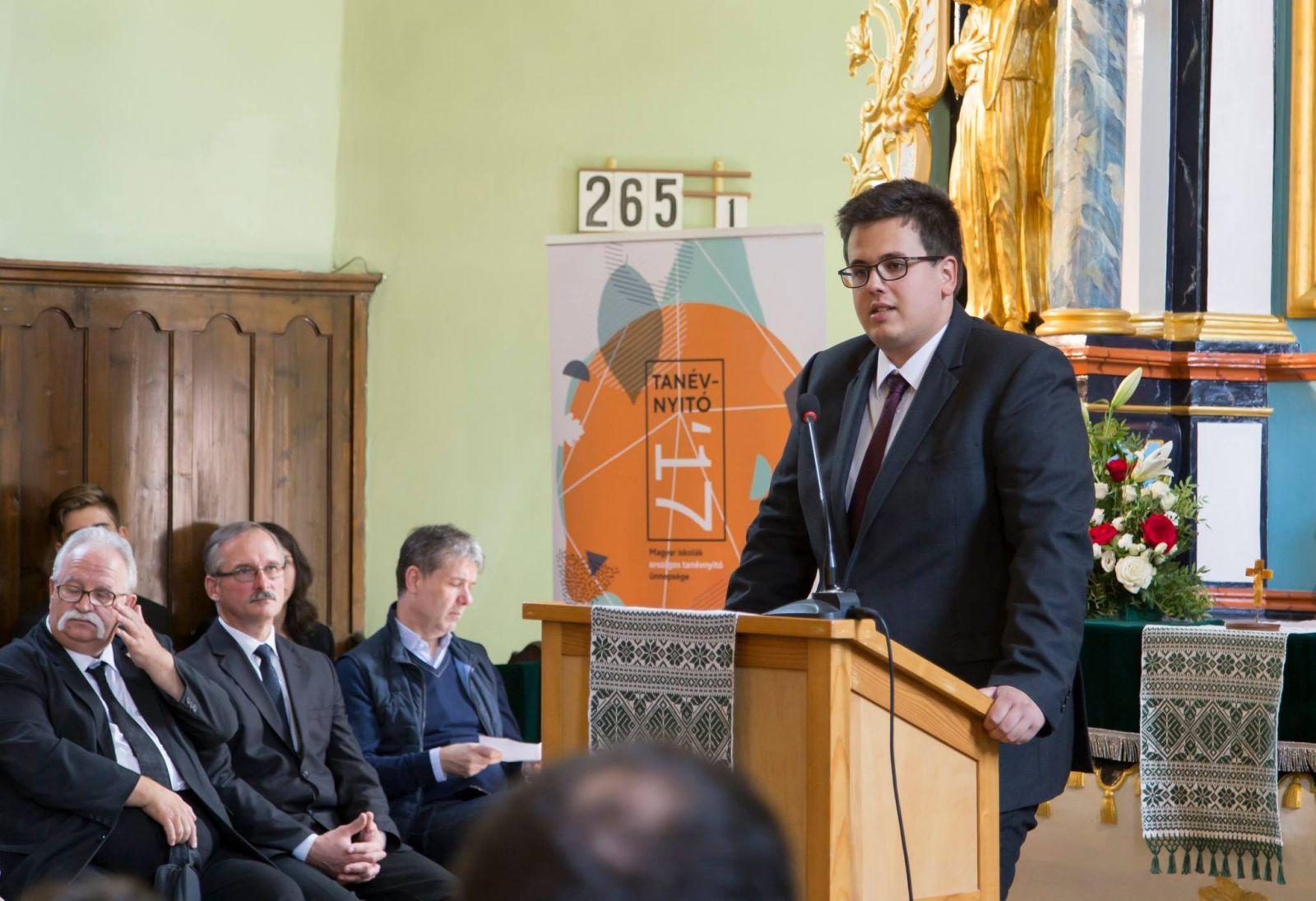 Bukur Tamás a Romániai Magyar Pedagógusok Szövetsége által szervezett Magyar iskolák országos tanévnyitó ünnepségén, Brassóban, 2017 szeptemberében   Fotó forrása: Facebook