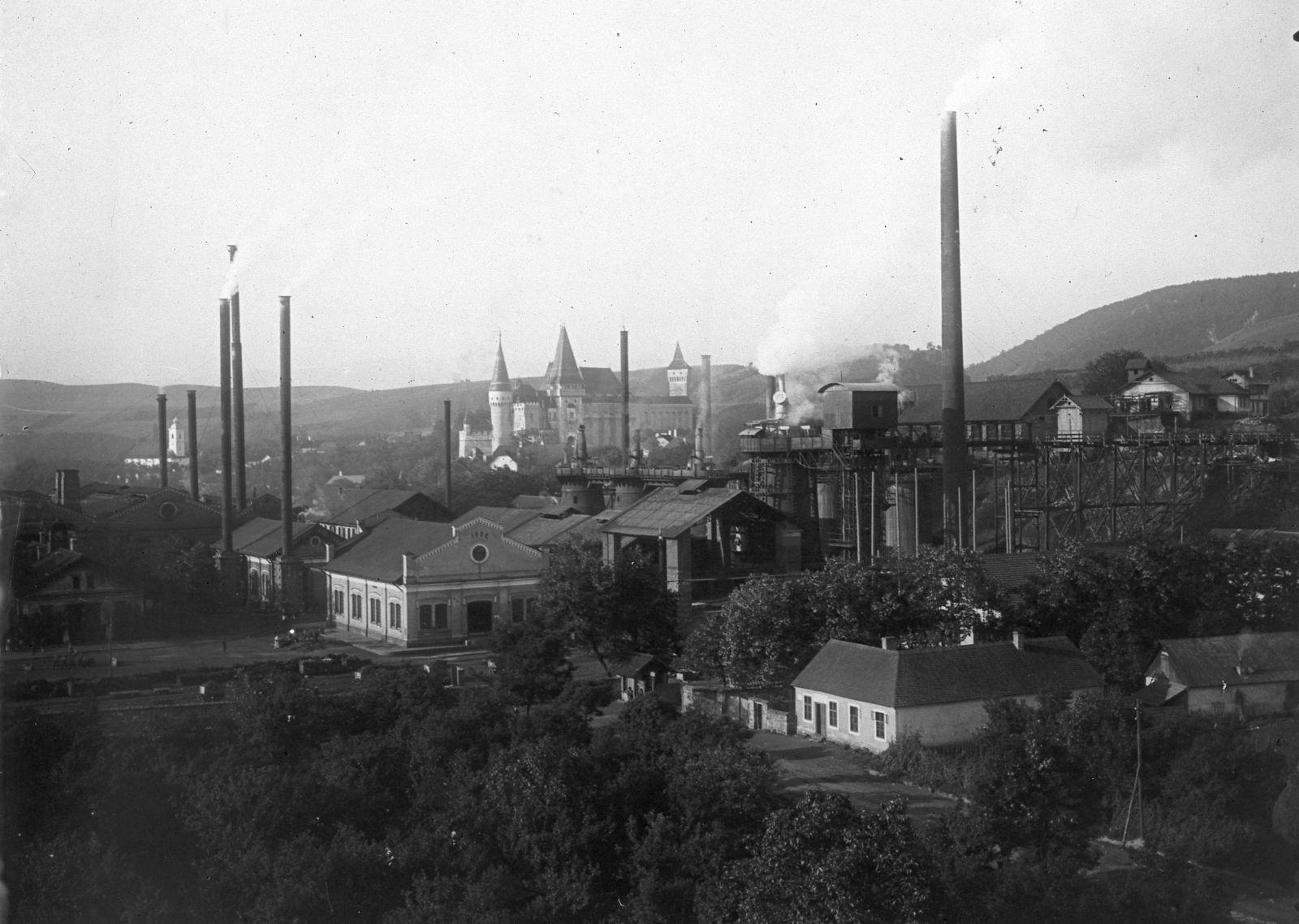 Vajdahunyad a 20. század elején. Vártornyok és kémények keverednek a láthatáron | Forrás: Fortepan