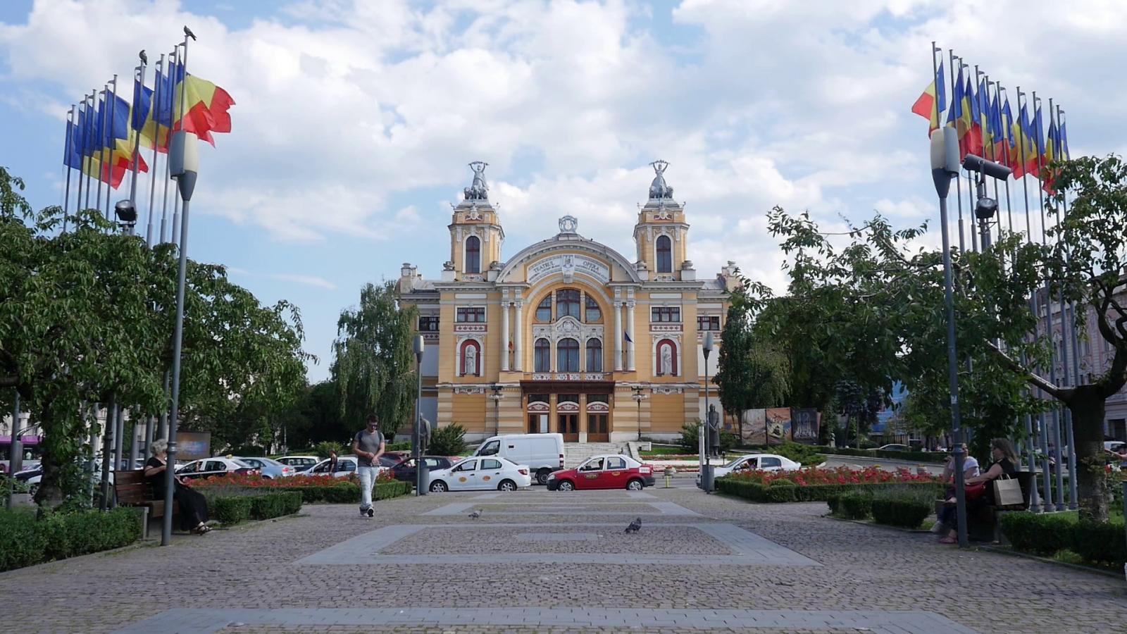 A Hunyadi-téri színház sok trikolórral | Fotók: Varró-Bodoczi Zoltán