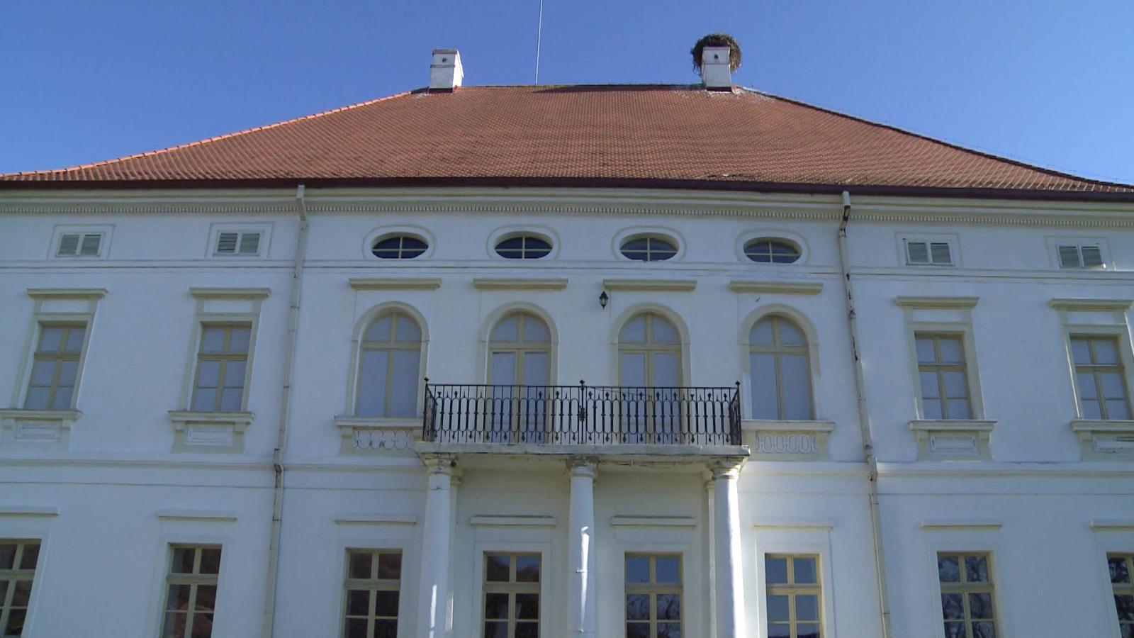 A Rhédey-kastély. Nem lehet eltéveszteni, messziről látszik.  | Fotók: Varró-Bodoczi Zoltán