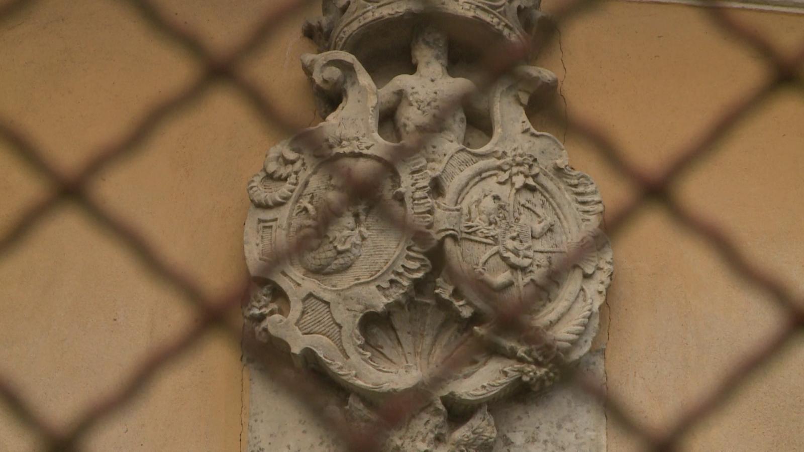 Wesselényi-címer a kastély homlokzatán